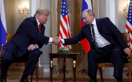 """[CẬP NHẬT] Ông Trump căng thẳng bắt tay ông Putin 3 giây, nhắc đến TQ và """"bạn chung Tập Cận Bình"""""""
