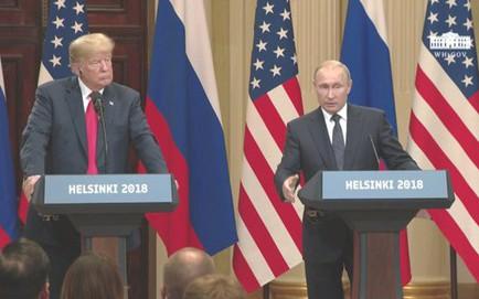 """[CẬP NHẬT] TT Putin tặng ông Trump trái bóng WC 2018, nghị sĩ Mỹ cảnh báo """"không đem vào Nhà Trắng"""""""