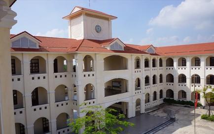 Ninh Bình: Trường THPT Kim Sơn B treo cờ rủ tưởng niệm Chủ tịch Nước Trần Đại Quang