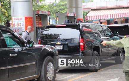 """[NÓNG] Siêu xe """"Quái thú"""" của TT Trump về đến khách sạn sau khi dừng đổ xăng trên phố Hà Nội"""