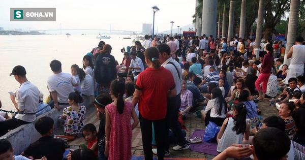 Hàng ngàn người đổ về bờ sông Hàn chờ xem Lễ hội pháo hoa quốc tế