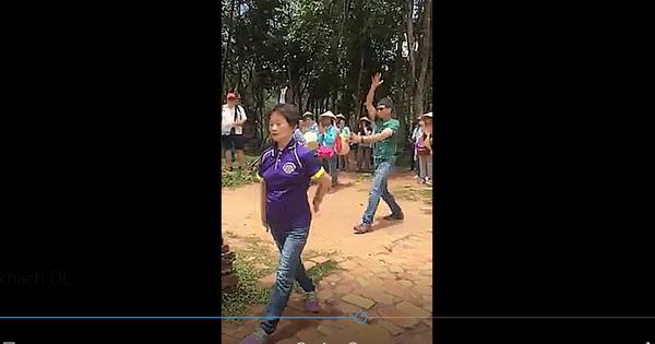 """""""Hành động kỳ lạ"""" của du khách người Hoa khi tham quan thánh địa Mỹ Sơn"""
