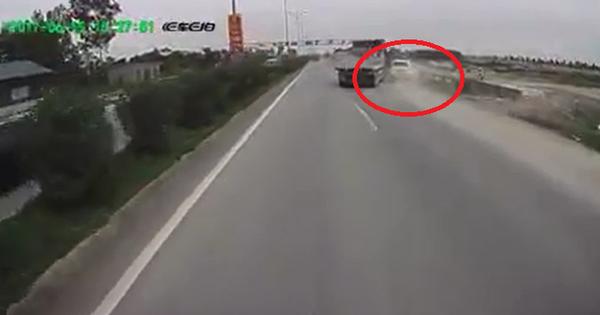 Xe tải đánh lái bất ngờ khiến xe 7 chỗ lao đầu xuống ruộng