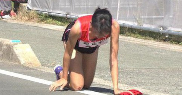 Bị chuột rút, nữ VĐV chạy tiếp sức Nhật Bản kiên trì bò đến mức chảy máu 2 đầu gối để chuyển lượt chạy cho đồng đội