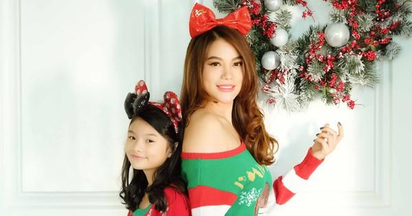 Trương Ngọc Ánh khoe vai trần, chân thon trong bộ hình Giáng sinh cùng con gái                                                                                                                                                               Trương Ngọc Á