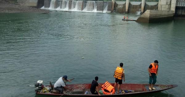 Nghi thủy điện xả nước làm 1 người tử vong, người nhà mang thi thể lên yêu cầu làm rõ