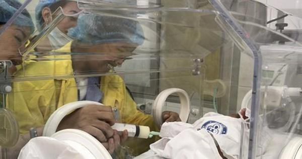 Nghẹn ngào giây phúc người mẹ ung thư di căn ôm con trai bé bỏng!