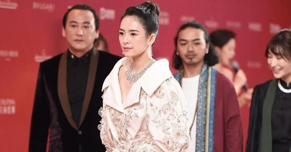 """Thảm đỏ LHP quốc tế Thượng Hải: Chương Tử Di xinh đẹp tựa nữ hoàng, đọ sắc cùng hai """"mỹ nhân cảnh nóng"""" Thư Kỳ và Thang Duy"""