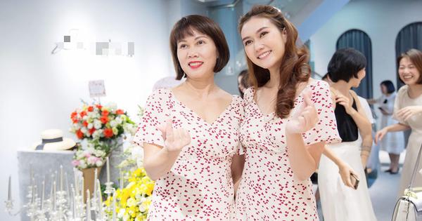 Diễn viên Hương Giang và mẹ ruột gây chú ý khi diện váy đôi tại sự kiện