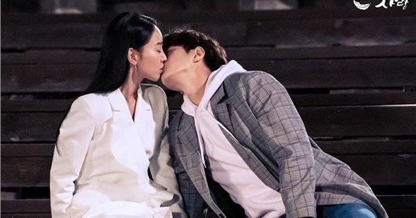 """""""Sứ mệnh cuối của thiên thần"""": Khán giả phấn khích với cảnh hôn ngọt ngào của Shin Hye Sun - L (Infinite)"""