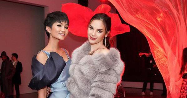 """Tân Hoa hậu Hoàn vũ Catriona Gray hội ngộ H""""Hen Niê trên đất Mỹ, nói """"Xin chào Việt Nam"""" cực đáng yêu"""