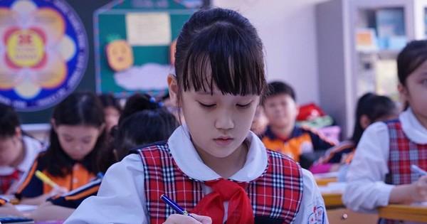"""Đột nhập lớp học """"hai cao thủ"""" tặng hoa Chủ tịch Kim Jong-un"""