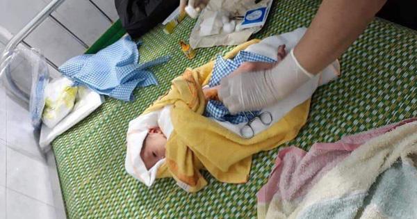 Bé trai sơ sinh còn nguyên dây rốn bị bỏ rơi trong đêm