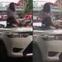 Vượt đèn đỏ, nữ tài xế taxi trèo lên nóc xe lăng mạ, 'ăn vạ' CSGT