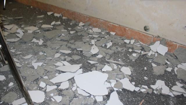 """Mảng trần rơi ập xuống ở chung cư: """"Phải bóc toàn bộ trần nhà..."""""""