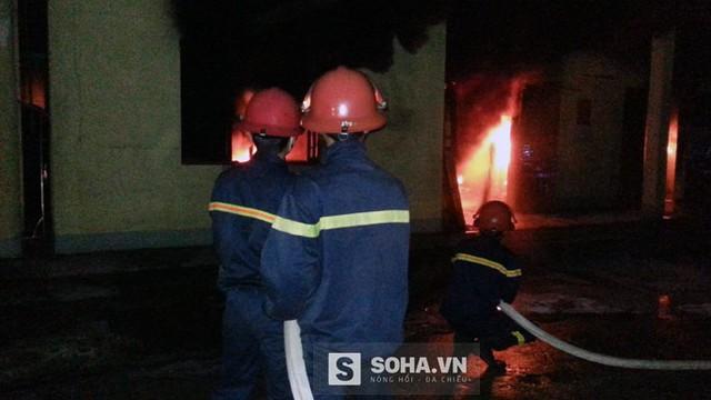 Cảnh sát vật lộn suốt 4 giờ để dập đám cháy lớn