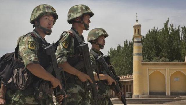 """Tân Cương: Văn phòng ĐCSTQ bị tấn công, cảnh sát bắn hạ 4 """"tên khủng bố"""""""