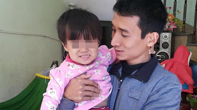 Bắc Ninh: Bé gái 2 tuổi nhập viện điều trị viêm phế quản, đang bình thường bất ngờ liệt 1 chân?