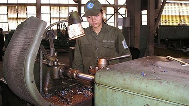 Chuyện những phụ nữ Việt chuyên sửa chữa xe tăng, thiết giáp