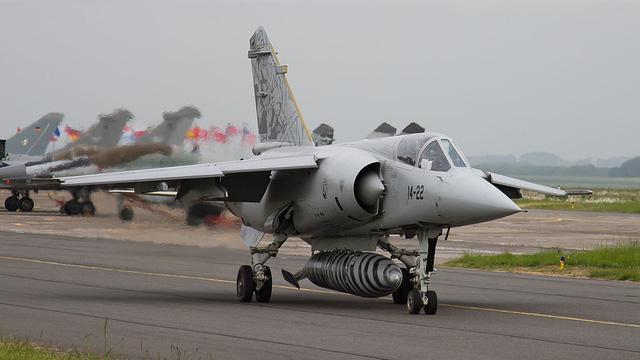 """""""Sắt vụn"""" quân sự giá triệu USD: Mỹ mua hết máy bay Mirage F1 cũ để làm gì?"""