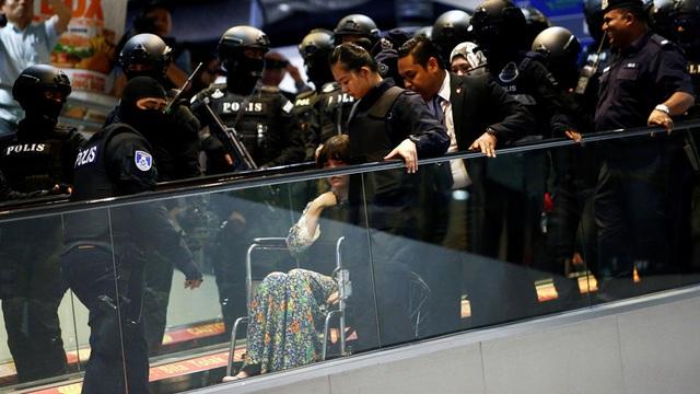 24h qua ảnh: Đoàn Thị Hương phải ngồi xe lăn vì kiệt sức