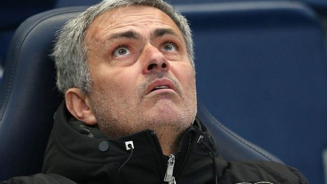 """Man United theo dõi đặc biệt người phụ nữ rình rập Mourinho """"trên từng cây số"""""""