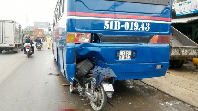 Xe máy dính chặt vào đuôi ô tô khách đang dừng sửa chữa