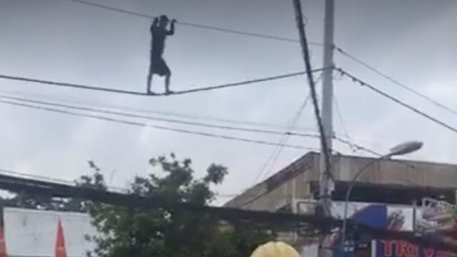 TP.HCM: Hàng chục cảnh sát giải cứu nam thanh niên nghi ngáo đá đu mình trên dây điện