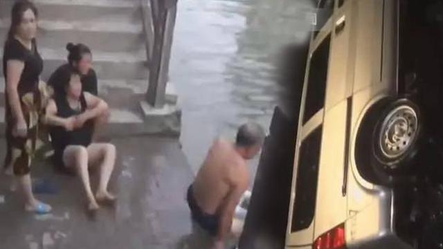 Xe lao xuống sông, bố mẹ khóc ngất vì được cứu, 5 đứa con không ai sống sót