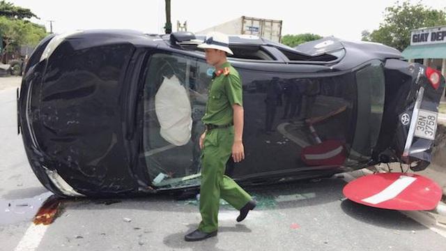 Người dân phá cửa cứu 3 người trên ô tô 4 chỗ lật giữa đường