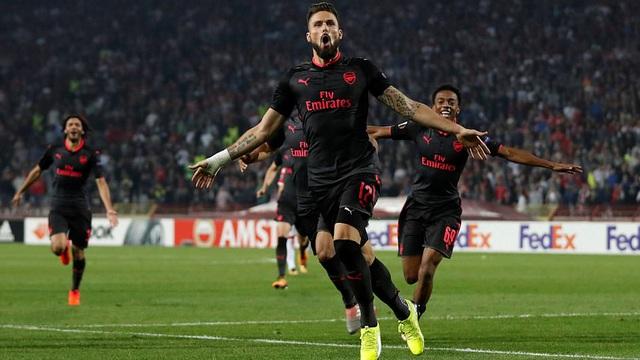 """""""Chân gỗ"""" lập siêu phẩm, Arsenal chễm chệ trên ngôi đầu bảng"""