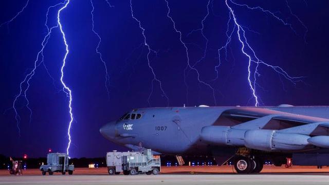 24h qua ảnh: Sét đánh sáng lóa trên máy bay ném bom Mỹ
