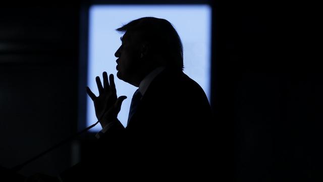 """Nhân vật nào đằng sau cuộc khủng hoảng khiến Trump """"lao đao"""" trước ngày nhậm chức?"""