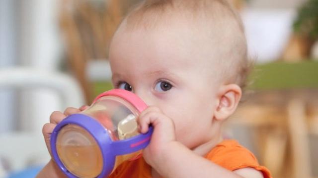 Viện Hàn lâm Nhi khoa Mỹ kết luận về nước hoa quả: Nhiều mẹ đang mắc sai lầm
