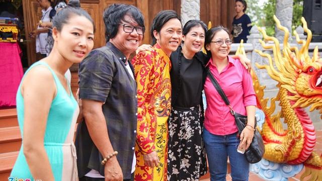 Cuộc đời ca sĩ tình nguyện trông đền thờ Tổ của Hoài Linh