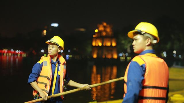 200 công nhân nạo vét, làm sạch Hồ Gươm xuyên đêm