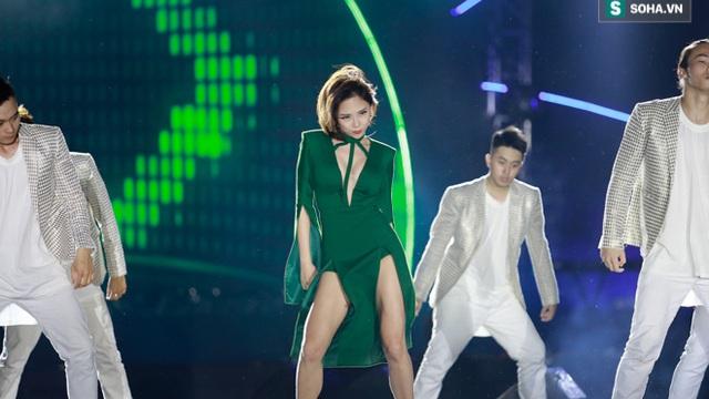 Tóc Tiên diện đầm xẻ táo bạo tắm mưa cùng khán giả