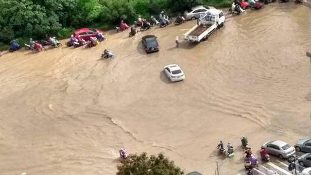 [Ảnh] Đại lộ Thăng Long có chỗ ngập sâu tới 1 mét