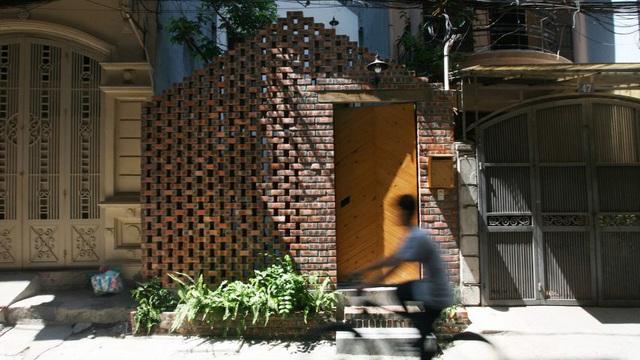 Kiệt tác nhà Hà Nội phía sau cánh cổng như lò gạch cũ bỏ không