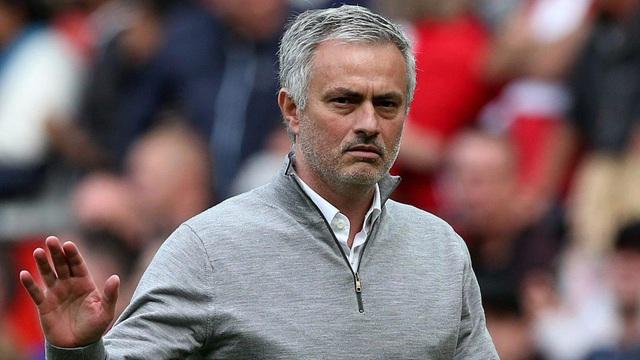 Mourinho lạnh lùng kết thúc họp báo chỉ sau 10 giây