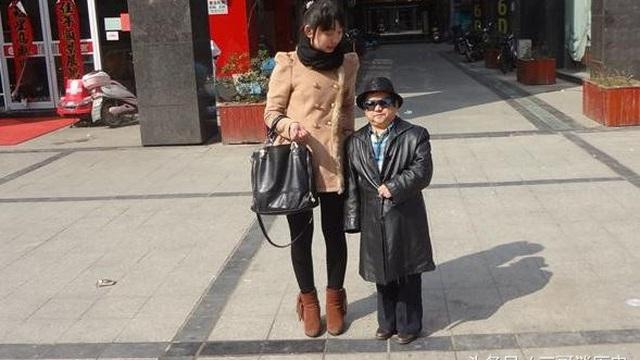 Tài tử lùn nhất Trung Quốc tự hào vì cưới 4 bà vợ trẻ đẹp