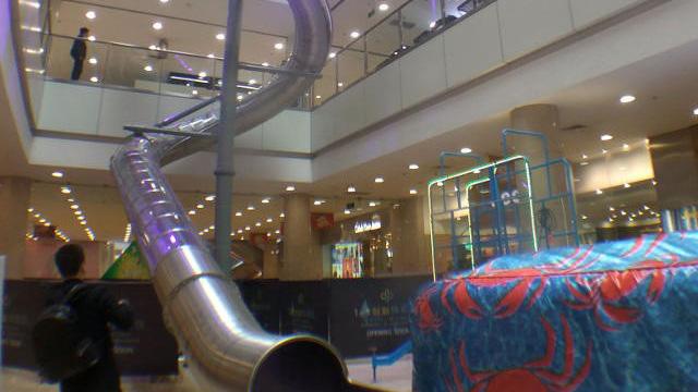 Trung tâm thương mại xây cầu trượt cho tín đồ shopping