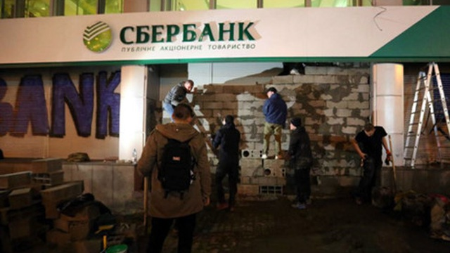 Ngân hàng lớn nhất của Nga rút khỏi Ukraine