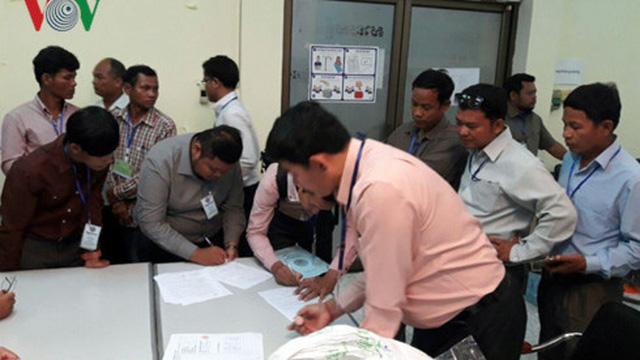 """""""Nín thở"""" chờ Ủy ban bầu cử Campuchia giải quyết khiếu nại bầu cử"""