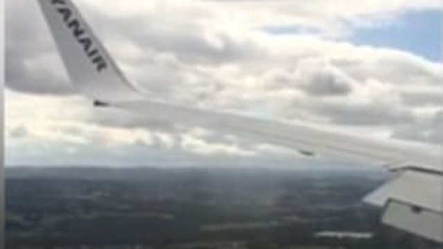 """Hạ cánh lúc gió to, máy bay giật lắc """"văng cả hành khách"""""""