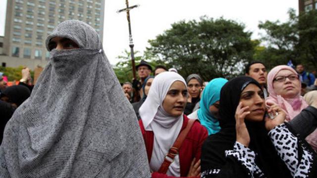 Vùng Quebec của Canada cấm khăn trùm mặt ở nơi công cộng