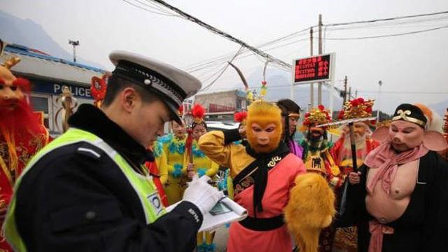 Lái ôtô đưa đại tiên đi chơi, Tôn Ngộ Không bị cảnh sát tuýt còi