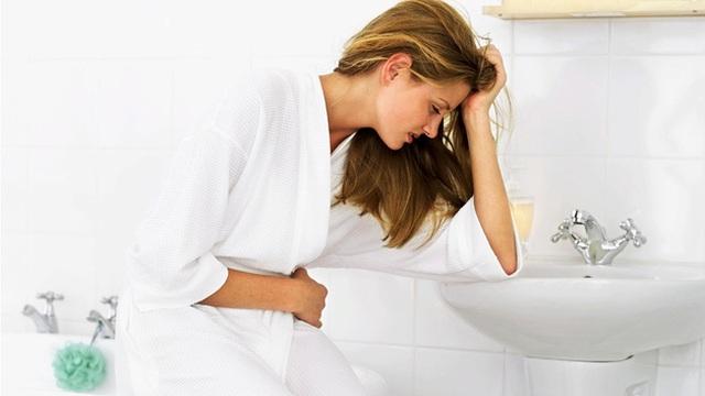 Cảnh báo những hệ lụy đáng sợ cho đường tiêu hóa từ thói quen nhịn đi tiêu của nhiều người