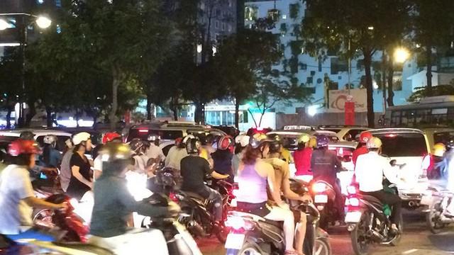 Người Sài Gòn chật vật về nhà sau cơn mưa tan tầm