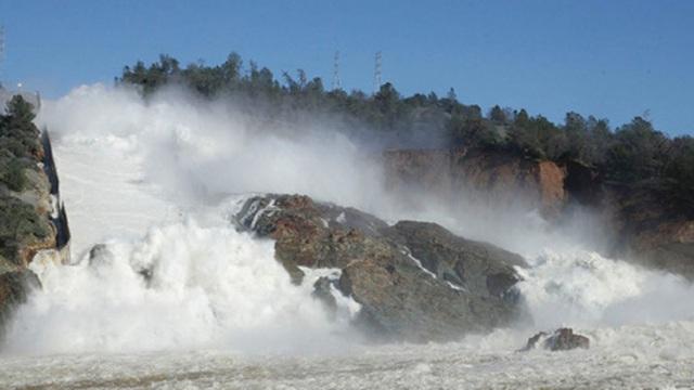 Ba cơn bão dồn dập tấn công đập Oroville đang có nguy cơ vỡ